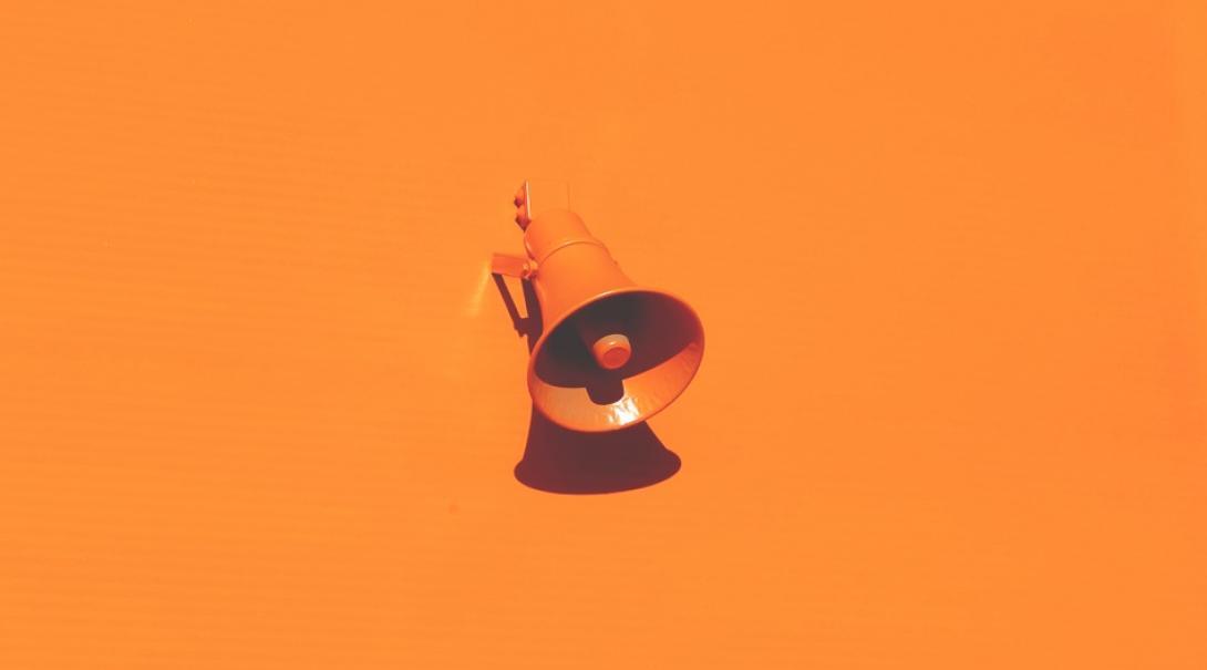 オレンジ色のスピーカー